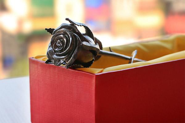 Hoa hồng mạ vàng đen độc đáo