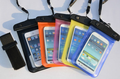 Túi được làm từ chất liệu nhựa dẻo trong suốt, có tính năng cảm ứng nhiệt, giúp người dùng có thể sử dụng điện thoại để nghe, nhận cuộc gọi cũng như chụp ảnh dưới nước.