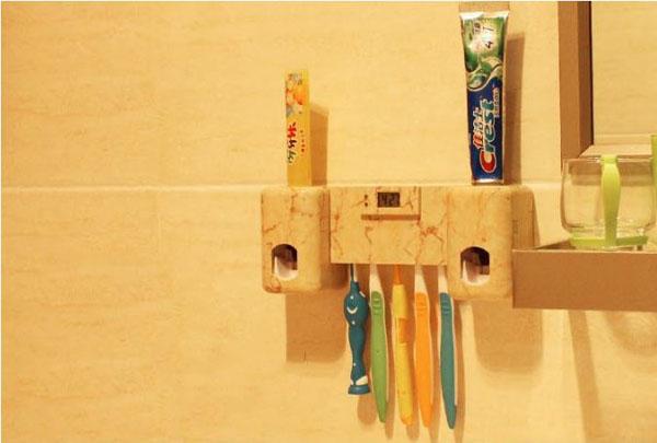 Dụng cụ lấy kem đánh răng kèm đồng hồ