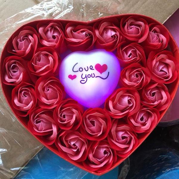 Hộp hoa hồng sáp trái tim phát sáng
